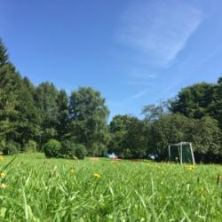 Wiese und Spielplatz am deutschen Freizeitheim Friedrich-Blecher-Haus.