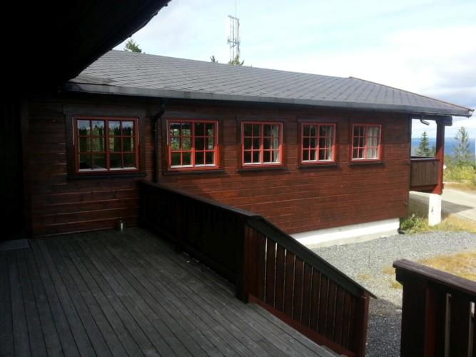 Sonnenterrasse im norwegischen Freizeitheim am See Blestölen.