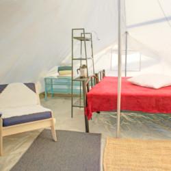 Ein Schlafzelt im griechischen Feriencamp für Jugendfreizeiten direkt am Mittelmeer.