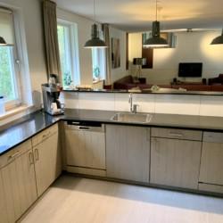Die Küche im niederländischen Freizeithaus De Jorishoeve für barrierefreie Gruppenreisen.
