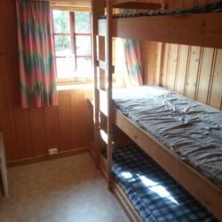 Schlafzimmer im skandinavischen Freizeitheim in der Nähe von Oslo.
