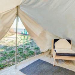 Ein Zelt mit Sitzgruppe im griechischen Feriencamp für Jugendfreizeiten direkt am Mittelmeer.