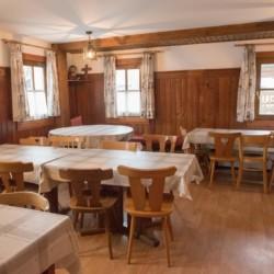 Der Speisesaal im Gruppenhaus Höllwarthof in Österreich.