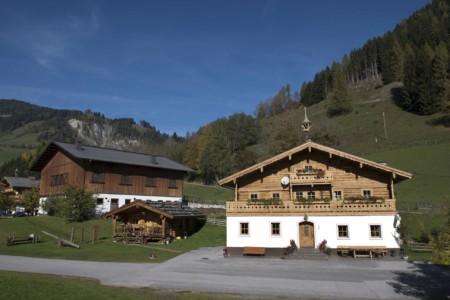 Das Gruppenhaus und Gelände des Höllwarthof in Österreich.