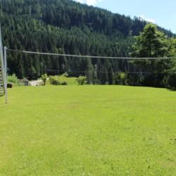 Der Volleyballplatz im österreichischen Freizeitheim Kurzenhof mit hauseigenem See.