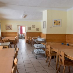 Der Speisesaal im österreichischen Freizeitheim Kurzenhof mit hauseigenem See.