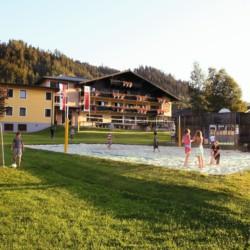Beachvolleyball und Fußballtore am Gruppenhaus Simonyhof für barrierefreie Gruppenreisen in Österreich.