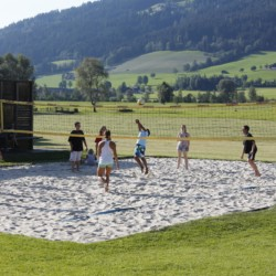 Beachvolleyball am Freizeitheim Simonyhof für Kinder und Jugendgruppen in Österreich.