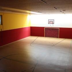 Hauseigene Sporthalle mit Fußball und Basketball am Gruppenhaus Simonyhof in Österreich.