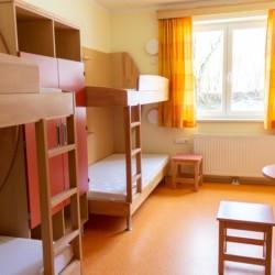 Mehrbettzimmer mit Etagenbetten im barrierefreien Gruppenhaus Simonyhof in Österreich.