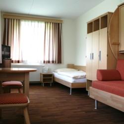 Schlafzimmer im barrierefreien Freizeithaus Simonyhof in Österreich.