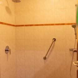 Sanitäre Anlagen mit Haltegriff in der Dusche im Gruppenhaus Simonyhof in Österreich.