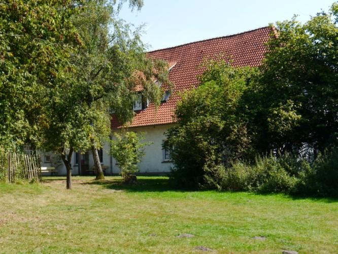 Der Rasenplatz am Gruppenhaus Burlage in Deutschland.