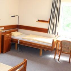 Ein Zweibettzimmer im Heidehotel Bad Bevensen in Deutschland.