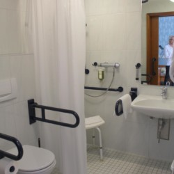 Die handicapgerechten Badezimmer im Heidehotel Bad Bevensen in Deutschland.
