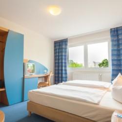 Doppelzimmer mit Kleiderschrank im deutschen Gruppenhotel Kolumbus für Kinder und Jugendfreizeiten in Berlin.
