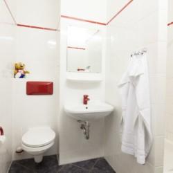 Sanitäre Anlagen im barrierefreien Gruppenhotel Kolumbus in Berlin, Deutschland.