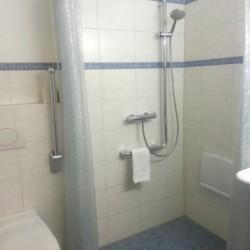 Barrierefreie Sanitäre Anlagen mit Dusche, WC und Waschbecken im Gruppenhotel Kolumbus in Berlin, Deutschland.