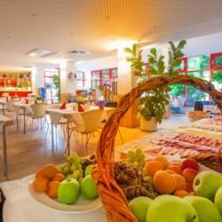 Verpflegung mit Frühstücksbuffet im Gruppenhotel Kolumbus für barrierefreie Gruppenreisen in Berlin, Deutschland.
