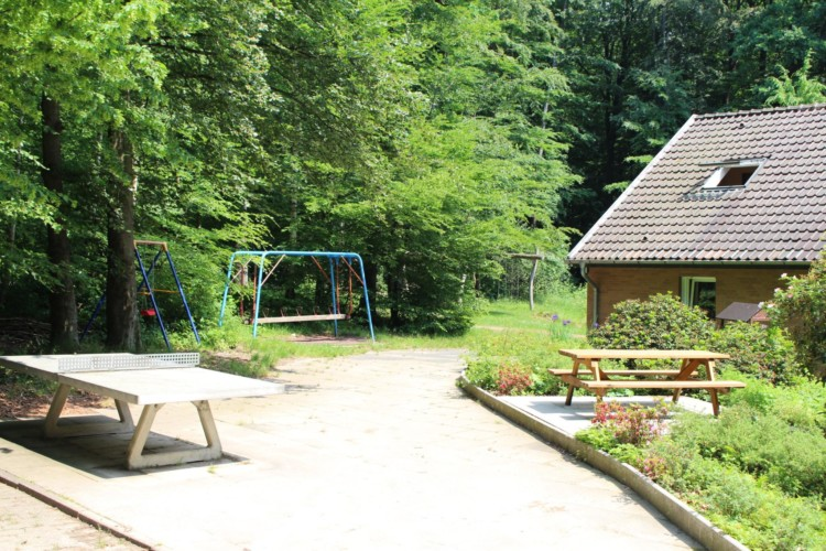 Spielgeräte im deutschen Kinderfreizeit und Jugendgruppenhaus Waldheim Häger