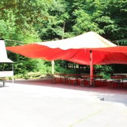 großes Sonnensegel auf der Terrasse im deutschen Kinder- und Jugendhauses Waldheim Häger