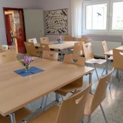schöner Speisessal direkt neben der Küche im Erdgeschoss des deutschen Kinder- und Jugendfreizeitheims Waldheim Häger