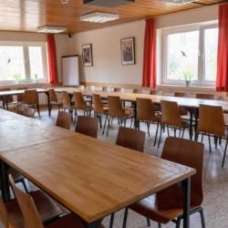 großer Gruppenraum im Erdgeschoss des deutschen Kinderfreizeit und Jugendfreizeitheims Waldheim Häger
