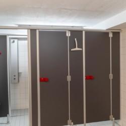 Sanitärbereich mit Duschkabinen im deutschen Gruppenhaus und Freizeithaus Waldheim Häger