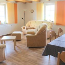 Das Wohnzimmer im deutschen handicapgerechten Haus Hainichen für Menschen mit Behinderung.