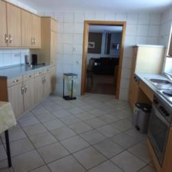 Die gut ausgestattete Küche im deutschen handicapgerechten Haus Hainichen für Menschen mit Behinderung.