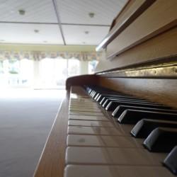Klavier im Gruppenraum im Freizeitheim für Kinder und Jugendliche Holzhausen in Deutschland.