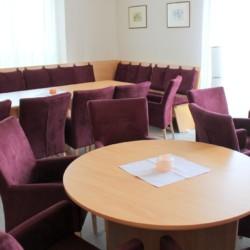 Gruppenraum mit Sitzgruppen im barrierefreien Freizeithaus Gästehaus Harz in Deutschland.