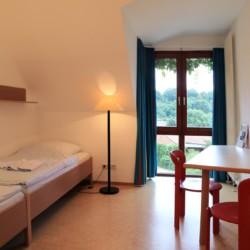 Ein Schlafzimmer im Gruppenhaus Gästehaus Harz für Kinder und Jugendfreizeiten in Deutschland.