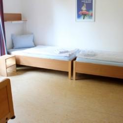 Barrierefreies Schlafzimmer im deutschen Freizeithaus Gästehaus Harz für Kinder und Jugendreisen.