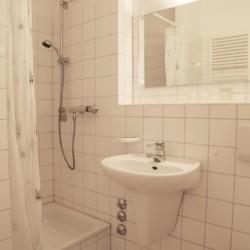 Sanitäre Anlagen mit Dusche, Waschbecken und WC im Gruppenhaus Gästehaus Harz in Deutschland.