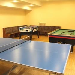 Gruppenraum mit Kicker, Billard und Tischtennis im barrierefreien Gruppenheim Gästehaus Harz in Deutschland.