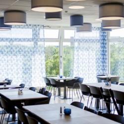 Der Speisesaal des Gruppenhauses Kajüte auf der deutschen Insel Langeoog für barrierefreie Pflegeurlaube.