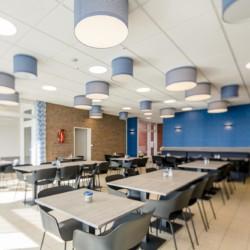 Die Sitzmöglichkeiten im Speisesaal des barrierefreien Freizeitheims Kajüte auf Langeoog in Deutschland.