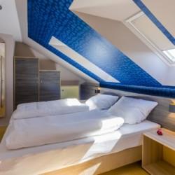 Ein Mehrbettzimmer im barrierefreien Gruppenhaus Kajüte auf Langeoog in Deutschland.