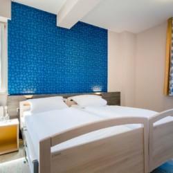 Pflegebetten im Mehrbettzimmer im deutschen Freizeithaus Kajüte auf Langeoog.
