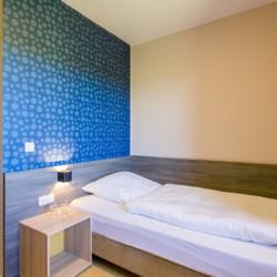 Ein Zimmer im barrierefreien Freizeithaus Kajüte auf Langeoog in Deutschland.