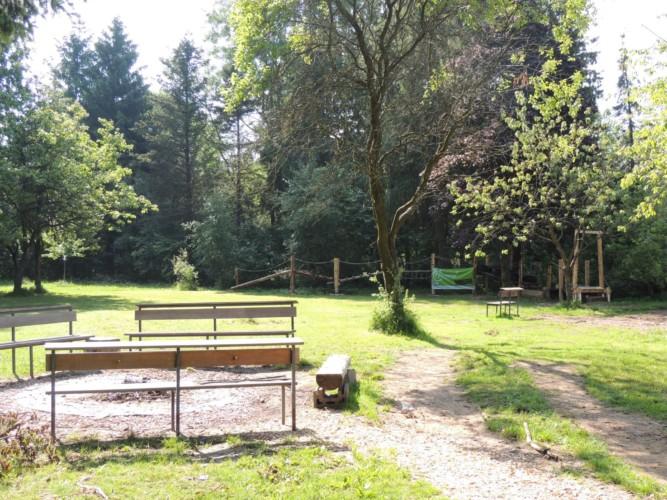 Garten mit Spielgeräten und Lagerfeuer am Freizeitheim Krekel in Deutschland.
