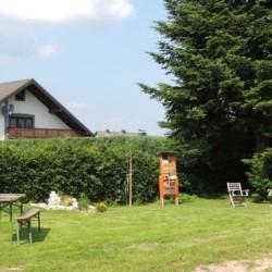 Garten mit Sitzgelegenheiten am deutschen Freizeitheim Krekel für Kinder und Jugendreisen.