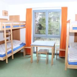 Ein Schlafzimmer mit Etagenbetten im Freizeitheim Krekel für Kinder und Jugendreisen in Deutschland.