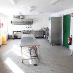 Die Küche im barrierefreien Freizeitheim Krekel in Deutschland für Kinder und Jugendreisen.