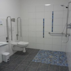 Barrierefreie sanitäre Anlagen mit Dusche, WC und Waschbecken im Freizeitheim Krekel in Deutschland.