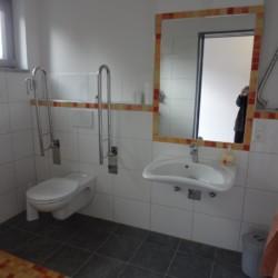 Rolligerechte sanitäre Anlagen im barrierefreien Freizeitheim Krekel in Deutschland.