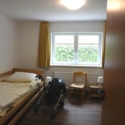Pflegebett im rolligerechten Zimmer im Ferienhaus Kieler Bucht für Menschen mit Handicap