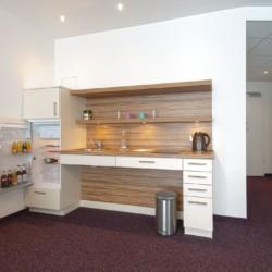 Zimmereigene Küchenzeile im deutschen barrierefreien Gruppenhotel Lichtblick in Bayern.