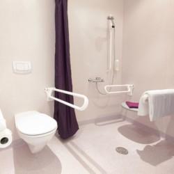 Barrierefreie sanitäre Anlagen mit WC und Dusche im Hotel Lichtblick in Deutschland.